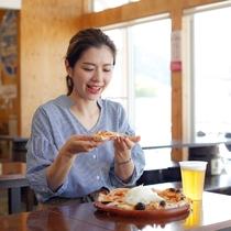 【福良マルシェ】看板メニューの淡路島ピザは、淡路島玉ねぎが乗せ放題(徒歩2分)