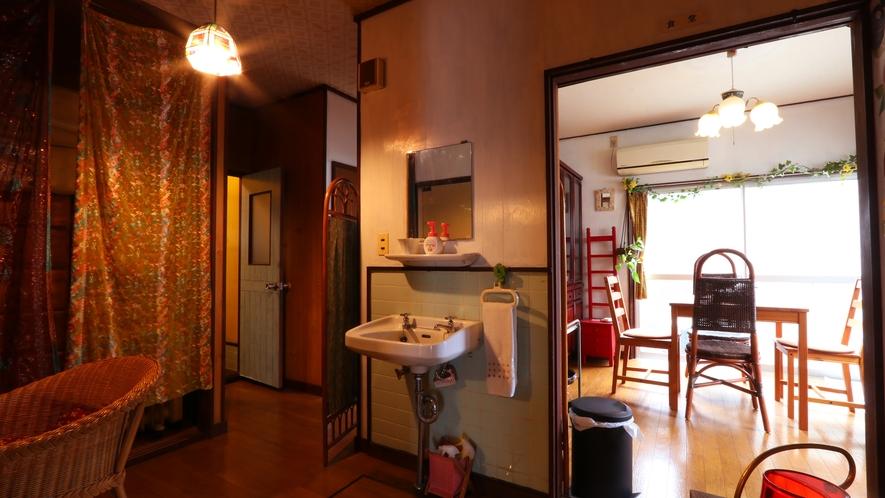 ダイニングと洗面台、奥にはトイレがございます