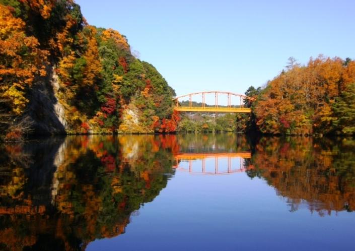 紅葉の名所「亀山湖」