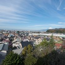 *【部屋(富士山を眺める和室8畳)】お部屋からの眺望・晴天時は富士山と沼津の街並を一望。