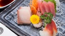 *【夕食一例】駿河湾の獲れたてな旬の魚介・板前が鮮度に拘ってさばきます。