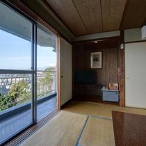 *【部屋(富士山を眺める和室10畳)】お部屋からは富士山だけでなく沼津の街並を一望できます。
