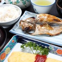 *【朝食一例】熟練の職人により丁寧に1枚ずつ仕上げられた、沼津名物の干物。