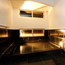 温浴効果があると言われる御影石で作られたお風呂です。