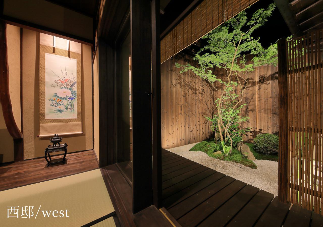 【西邸】床の間とお庭のライトアップ