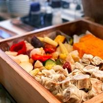 <朝食>蒸し野菜も充実。皆さまの健康に配慮したアイテムが並びます
