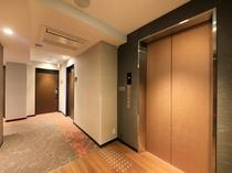 【エレベータホール】京を感じるさりげないデザインが癒しの空間を演出いたします