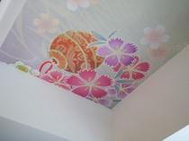 【客室イメージ】京都を感じる色彩豊かな和柄テイストの装飾が、皆様の癒しのひとときを演出いたします。