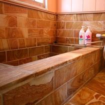 別荘内で満喫できる温泉岩風呂を備えてあります。心身共に疲れを癒してください。