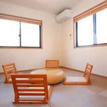 小さなお子様の遊び場にしたり寝室にしたりと、多目的に利用できる「座の空間」をご用意。