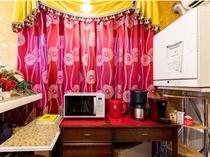 【客室内設備】電子レンジ、コーヒーメーカー、衣類乾燥機完備で暮らすように滞在可能です。