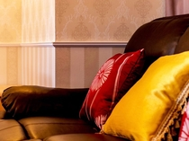 【客室内設備】革張りのソファーで贅沢な気分を。