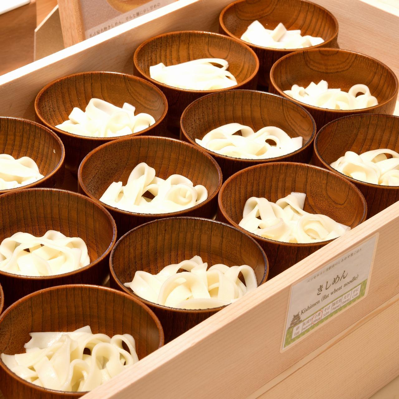 【名古屋名物 きしめん】平たな麺に少し甘めのおだしが特徴です。朝ごはんにぴったりな優しい味わいです。