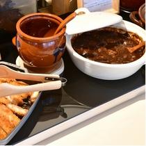 【名古屋名物 どて煮】こってり味の味噌で、牛スジやモツを煮込み、濃厚で旨味のある味わいです。