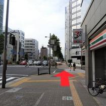 ⑤セブンイレブンがある横断歩道渡って真っ直ぐ進んでください