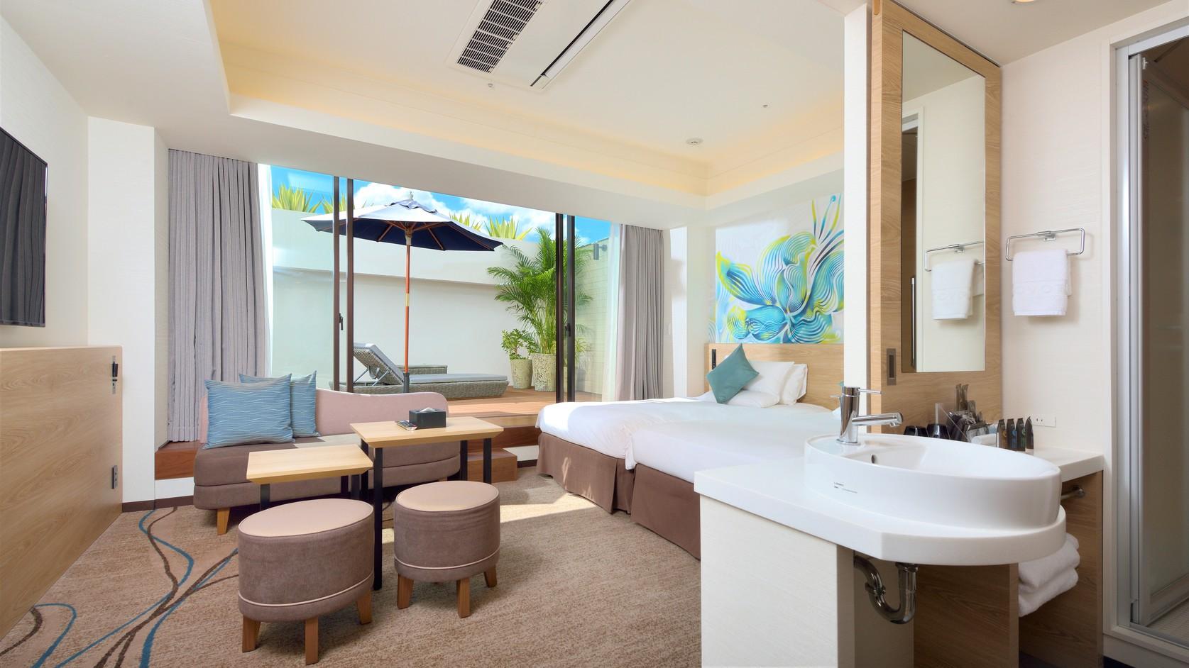 【テラスルーム34m2】お部屋内の「YOKANG」のウォールアートが沖縄滞在をより一層盛り上げます。