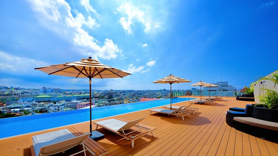 【インフィニティプール】首里の高台から街並みと水平線と青空を満喫できます。