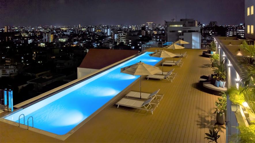 【インフィニティプール】季節限定プール。遊泳期間以外でも夜のライトアップを行っております。