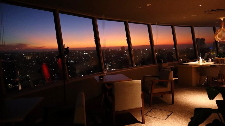 【プレミアラウンジ 】ホテル最上階のプレミアラウンジでは時間と共に移ろい行く那覇の街並みがお楽しみ頂