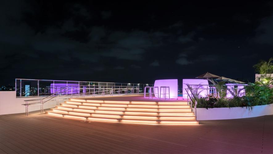 【インフィニティプール】夜はライトアップと夜風と共にお過ごし頂けます。