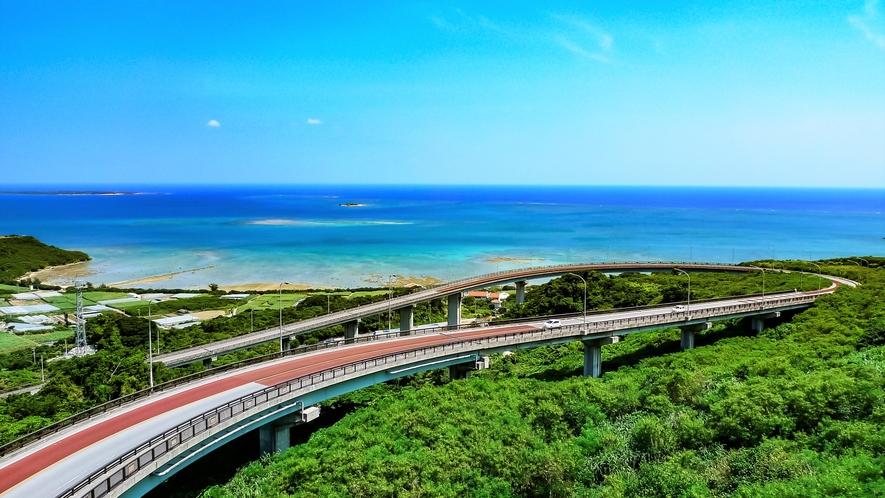 【ニライカナイ橋】南部エリアにある観光スポット。ニライカナイは方言で「理想郷」の意味です。