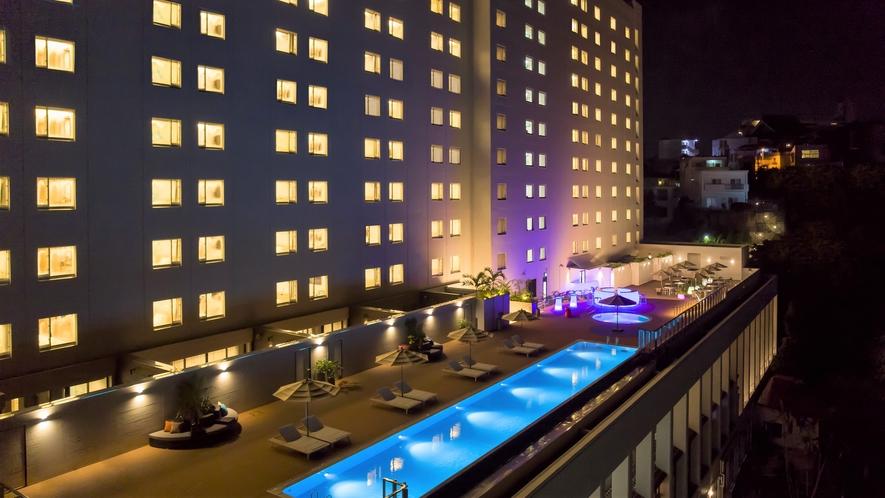 【ノボテル沖縄那覇 外観 夜】那覇市内唯一のインフィニティプールがあるホテルです。