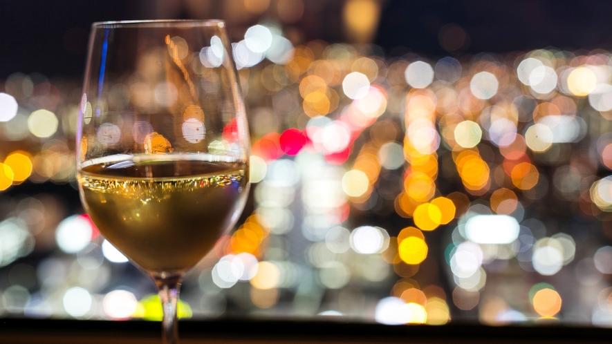 【プレミアラウンジ】カクテルタイムには那覇の夜景と共にお過ごし下さい。