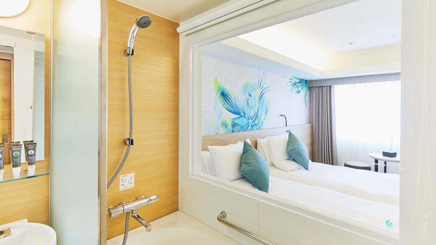 【スタンダードツイン 24㎡】特徴的なバスルームや沖縄の風を感じるウォールアートが好評です。