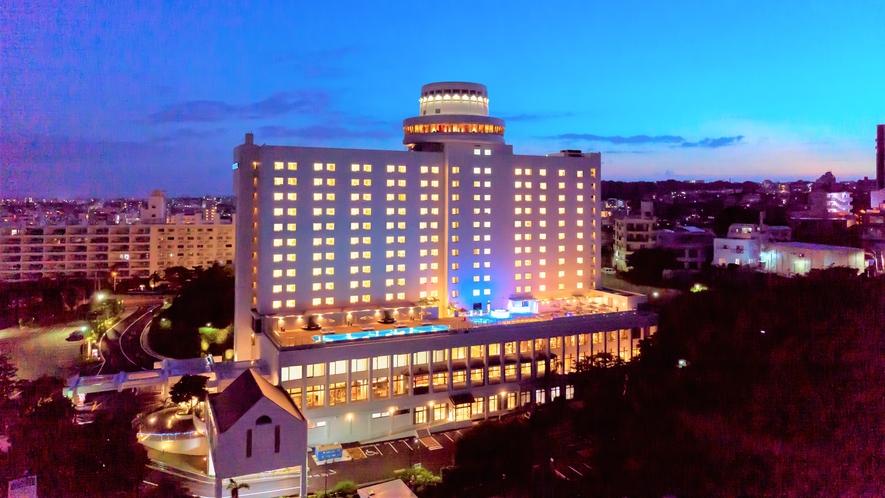 【ノボテル沖縄那覇 外観 夜】古都首里の雅な佇まいとシティーリゾートのくつろぎを。