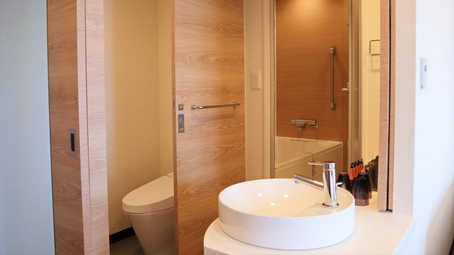 【デラックスツイン】バスルームは洗い場付きのセパレートタイプ。ファミリーやグループにおススメです。