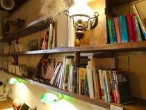 ラウンジの本棚