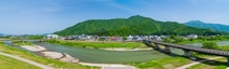 近くの魚野川、坂戸山、金城山のパノラマ写真です。