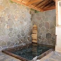 *【上の湯】足元湧出の天然温泉!淡いエメラルドグリーンのお湯をお楽しみ下さい。