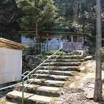 *<上の湯>へはこちらの階段よりお上がり下さい。
