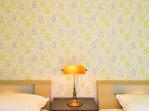 【奥側1F・ツインルーム】北欧風の壁紙が心を落ち着かせます。