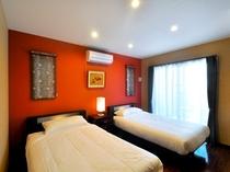 【フロント側1F・ツインルーム】寝室にはセミダブルベッドを二台設置しております。
