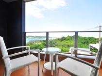 【奥側2F・ベランダ】お部屋にいながら沖縄の海を楽しめます。