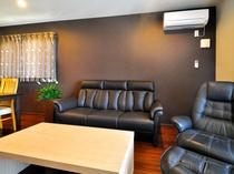 【フロント側2F・リビング】大人数で座れるゆったりとしたソファ