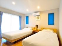 【奥側1F・ツインルーム】セミダブルベッドを設置しておりますので、ゆとりをもってお休みいただけます。