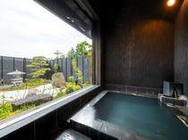 お庭を見ながらの源泉掛け流し温泉入浴。6箇所源泉を混合。じゃっぽの湯、流辿へ湯めぐりできます。15: