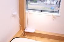 各ベッドそれぞれに窓と電気スタンドが付きます