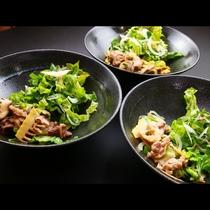 日替わりで自家栽培の野菜タップリ「馬のすき焼き風」「川俣シャモの塩ダレ味」「麓山高原豚の味噌炒め」