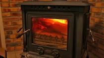 冬になると暖かい暖炉でお出迎え