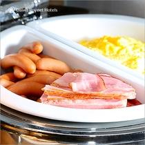 朝食(ソーセージ・ベーコン・スクランブルエッグ)