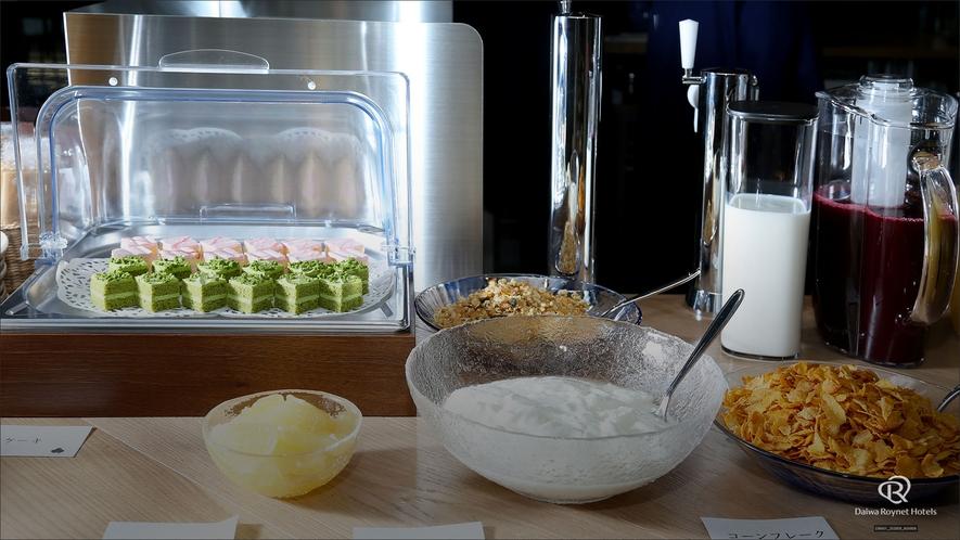 朝食(ヨーグルト・コーンフレーク・ケーキ)/朝食時間6:30~10:00(最終入店9:30)