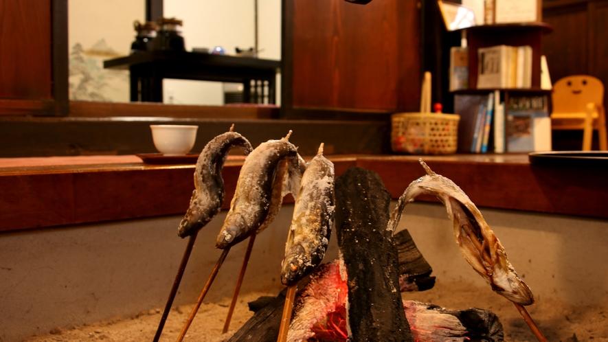 じっくり囲炉裏で焼いた岩魚をアツアツで♪