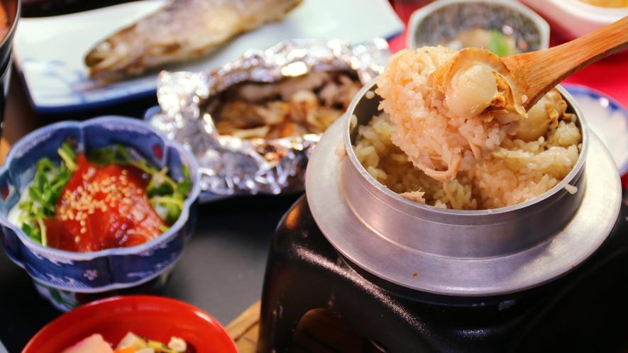 【先代からの味】名物ともいえる舞茸と帆立の釜飯は炊き立て熱々をどうぞ※1つの釜で2名様分です