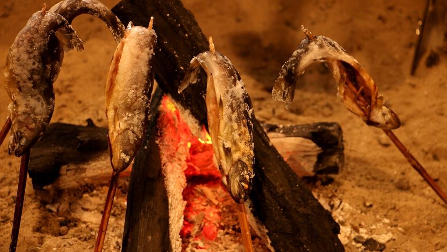 囲炉裏で焼く岩魚の塩焼きは絶品