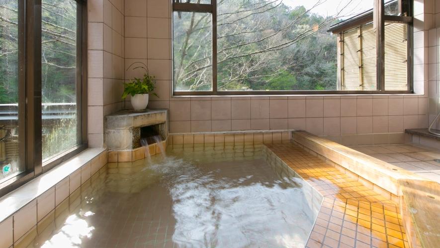 川畔より湧き出る霊泉「天然ラジウム温泉」