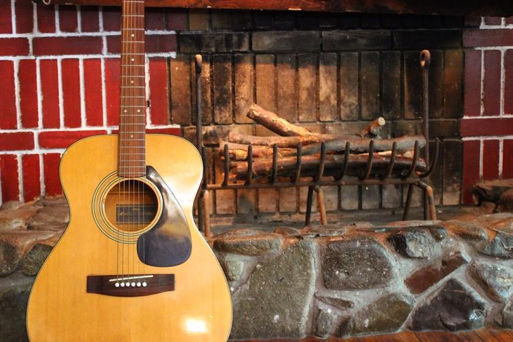 ギターと暖炉
